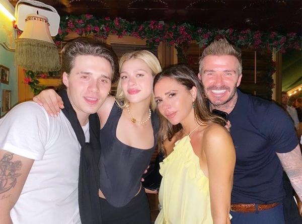 Vợ chồng Becks bên vợ chồng cậu cả Brooklyn trong một buổi đi chơi. Ảnh: Instagram.
