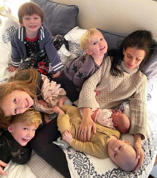 Hilaria Baldwin khoe ảnh bên 6 người con nhỏ, trong đó có một thiên thần vừa chào đời.