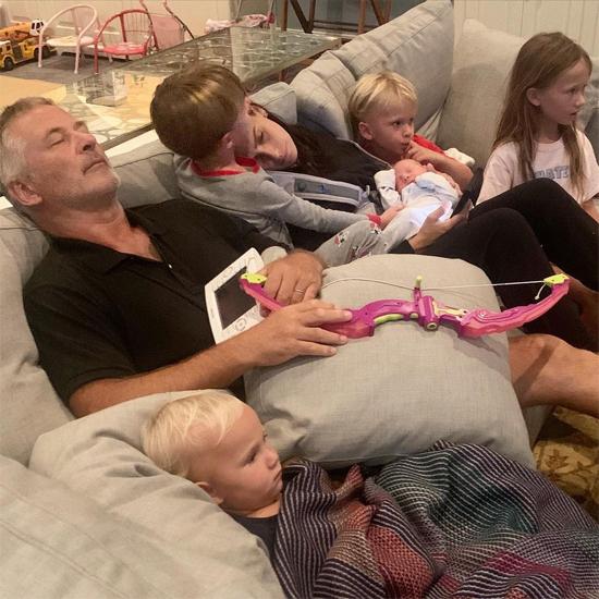 Alec Baldwin nằm ngủ cạnh vợ và 5 người con, tháng 9/2020.
