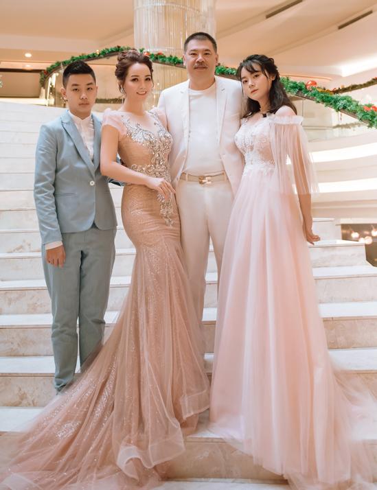 Mai Thu Huyền là một trong số nữ nghệ sĩ giữ được cân bằng, thành công trong cả sự nghiệp và cuộc sống riêng. Cô kết hôn hơn 18 năm với chồng doanh nhân và có hai con đã lớn. Con gái nữ diễn viên 18 tuổi, đang học lớp 12 còn con trai 14 tuổi, học lớp 8.