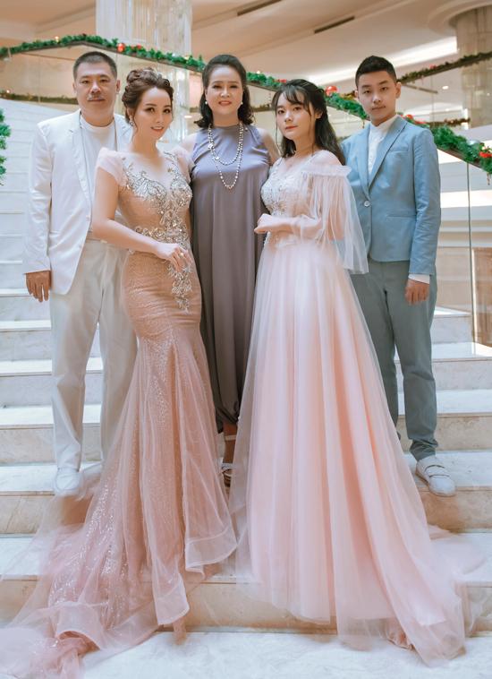 Mẹ ruột của nữ diễn viên chụp ảnh cùng gia đình con gái trong dịp kỷ niệm 18 năm ngày cưới của Mai Thu Huyền. Dù ngoài kia có giông bão gì thì chỉ cần ở bên gia đình và những người thân yêu tôi luôn thấy bình yên, ấm áp, nữ diễn viên thổ lộ.