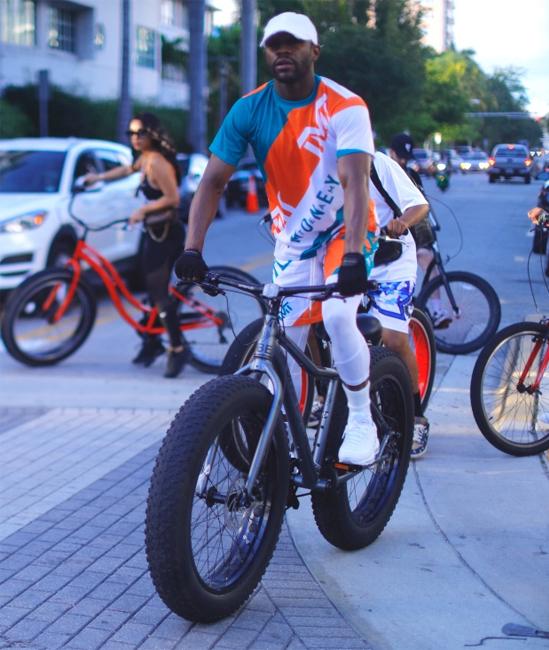Trong khi đó, Mayweather vui vẻ đi xe đạp dạo phố với bạn bè ở Miami. Tay đấm lừng danh vừa trở về từ kỳ nghỉ mừng sinh nhật ở Aruba. Anna Monroe cũng đi cùng Mayweather tới Aruba nhưng hai người không đăng ảnh chụp chung trên trang cá nhân.