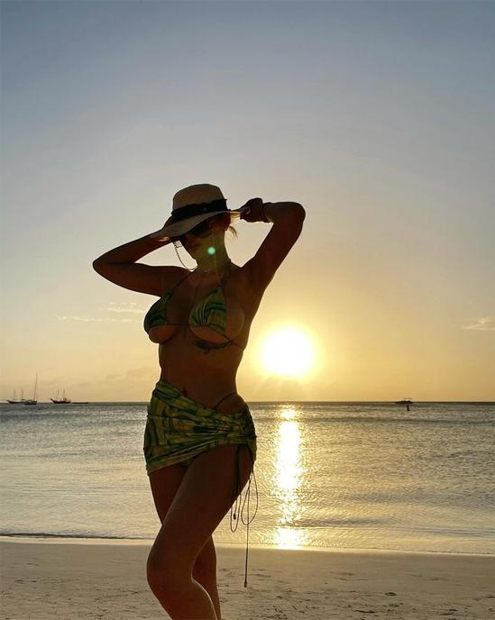 Trong kỳ nghỉ ở Aruba, bạn gái Mayweather cũng đăng tải loạt ảnh tạo dáng trên bãi biển nhiệt đới. Người đẹp tóc vàng tiếp tục khoe chân ngực trong bộ bikini nhỏ xíu.