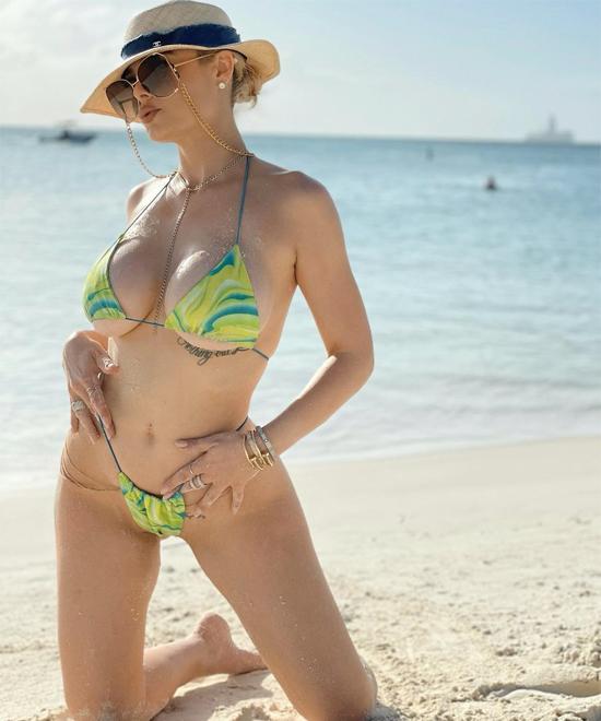 Nữ vũ công nóng bỏng tận hưởng biển xanh, cát trắng, nắng vàng ở Aruba bên bạn trai giàu có.