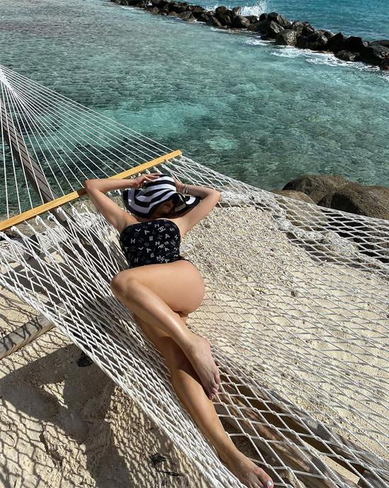 Trong ngày đặt chân tới Aruba, Anna Monrone khoe chân dài nuột nà, tạo dáng trên võng.