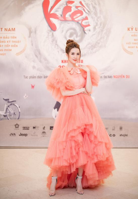 Người đẹp mặc váy voan công chúa của nhà thiết kế Nguyễn Minh Công, khoe vẻ điệu đà trước khán giả thủ đô.