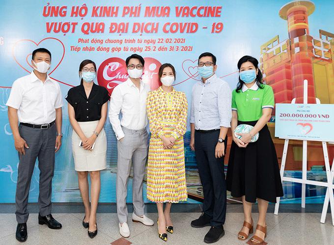 Thu Hoài và Tống Trí chụp ảnh kỷ niệm cùng các cán bộ nhân viên Đài truyền hình TP HCM.