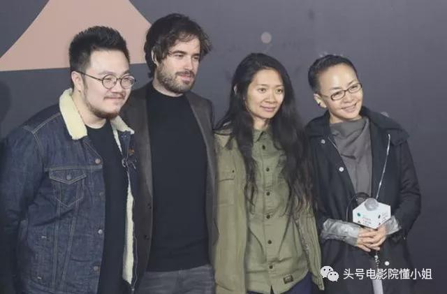 Đạo diễn Triệu Đình (thứ hai từ phải sang) và mẹ (ngoài cùng bên phải) và các đồng nghiệp quốc tế.