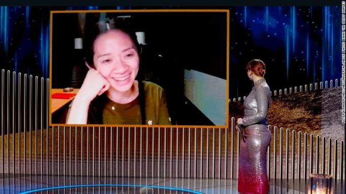 Chloé Zhao (Triệu Đình) nhận giải đạo diễn xuất sắc cho phim Nomadland qua video tương tác với người trao giải Bryce Dallas Howard, trên sân khấu Lễ trao giải Quả cầu vàng thường niên lần thứ 78 được tổ chức tại The Rainbow Room, phát sóng vào ngày 28/2, New York, Mỹ.