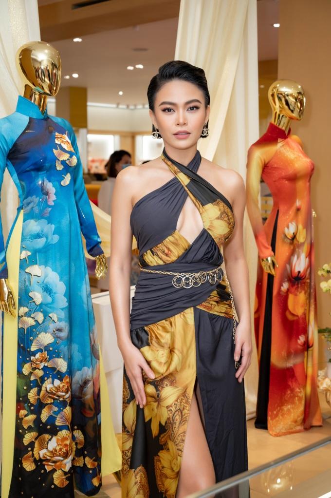Mâu Thuỷ trong trang phục Thái Tuấn, do Hoàng Hải thiết kế. Đầm cổ yếm xẻ ngực giúp cô tôn vẻ gợi cảm, làn da nâu khỏe mạnh.