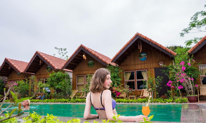 Du khách trải nghiệm hồ bơi tại Tam Cốc Garden Homestay. Ảnh: Tam Cốc Garden.