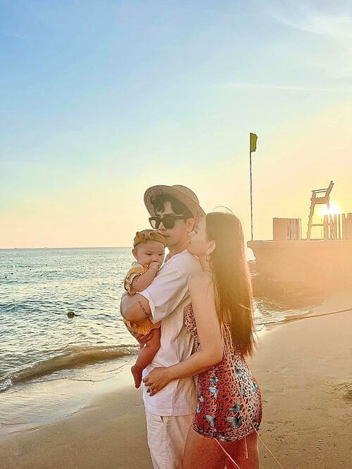 Ảnh sao 4/3: Con gái Thu Thủy lần đầu được đi biển