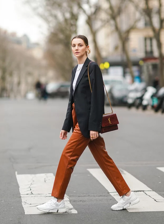 Quần da ngày càng đa dạng về màu sắc cũng như kiểu dáng, đem lại vẻ cá tính, hiện đại cho tổng thể.