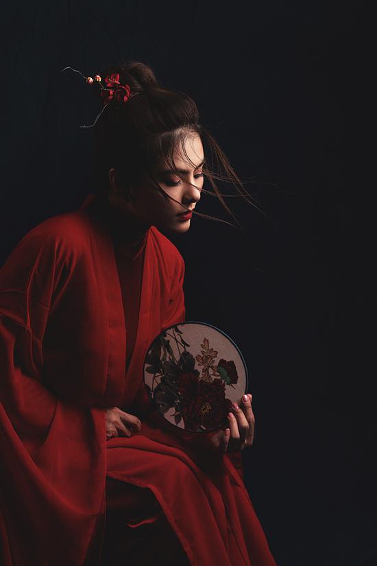 Nhiếp ảnh: Sam Nguyen, stylist: Huỳnh Phương, trang điểm: Thuý Nguyễn.