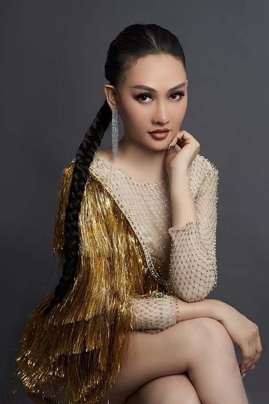 Với phong cách cá tính hơn, Phạm Kim Duyên kết hợp đầm tua rua ngắn với tóc tết và trang điểm sắc lạnh nhấn vào mắt khói.