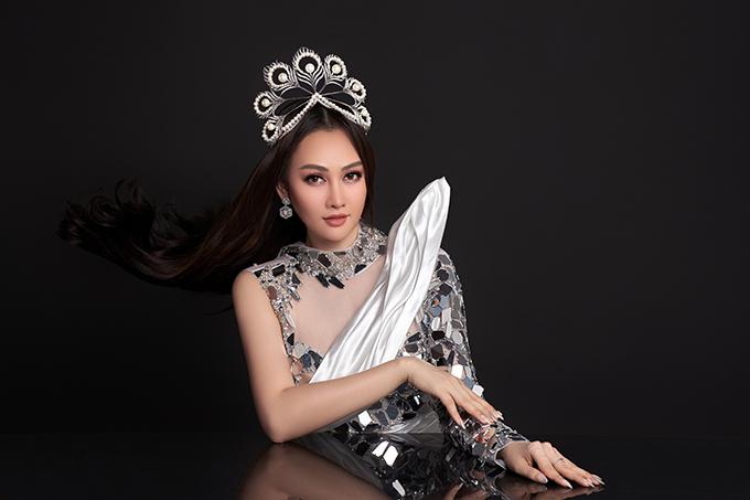 Vải lụa được tạo hình, làm điểm nhấn mềm mại cho bộ trang phục.
