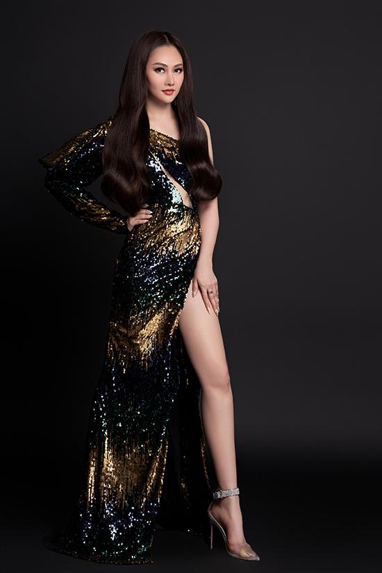 Cô khoe tối đa lợi thế chân dài với váy đuôi cá xẻ đùi. Sequins là chất liệu được nhiều người đẹp yêu thích bởi khả năng bắt sáng, đặc biệt phù hợp để nổi bật trong các bữa tiệc tối.