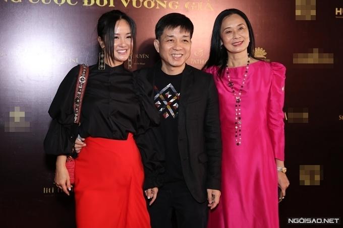 Diva Hồng Nhung (trái), nhiếp ảnh gia Đoàn Minh Tuấn (giữa).