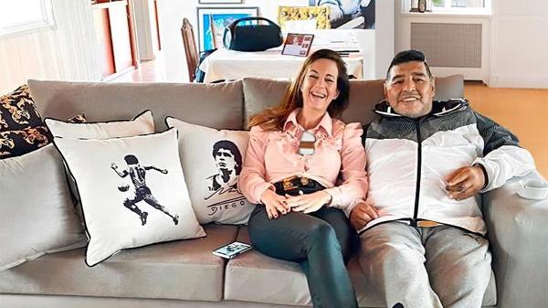 Maradona và người đẹp Jasmine Garbini có cơ duyên gặp nhau nhờ chiếc ghế bành. Ảnh: AS.