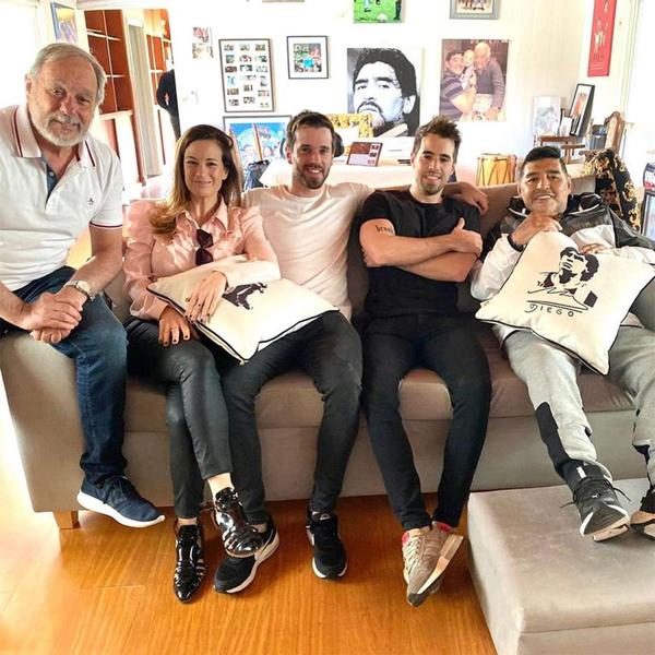 Nữ thương gia và người thân tới nhà huyền thoại Maradona tháng 9/2020. Ảnh: Infobae.