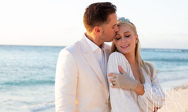 Paris Hilton: 'Tôi xa bạn trai một giờ đã nhớ'