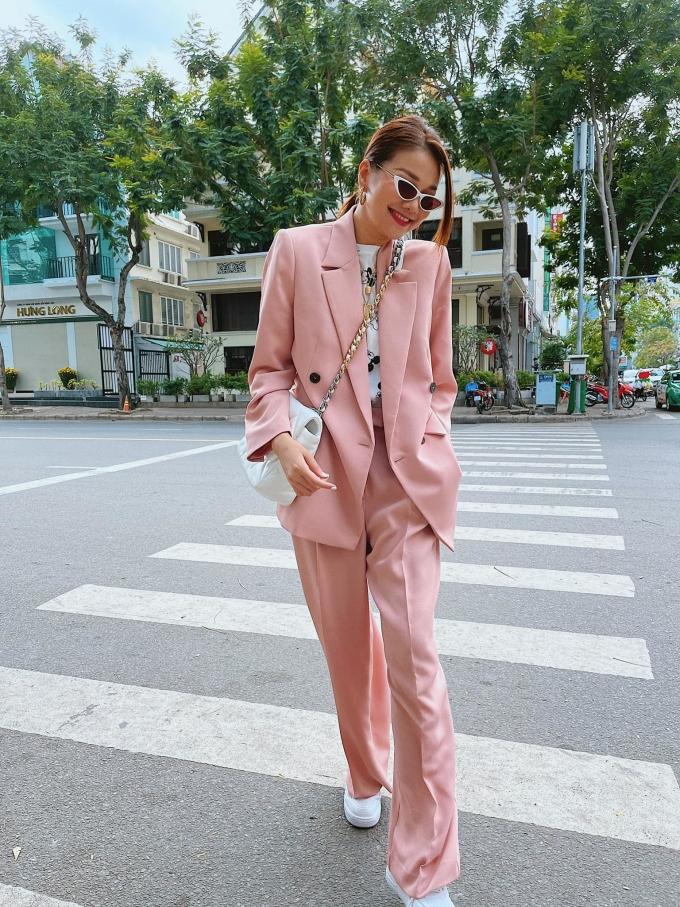 Nếu yêu thích phong cách cá tính như hiện đại, phái đẹp có thể thử vest hồng của Mango. Theo Thanh Hằng, vest và quần tây không còn là những item bị bó buộc trong môi trường công sở, thay vào đó hợp với dạo phố, cà phê cùng bạn bè. Bạn có thể kết hợp với các phụ kiện bắt mắt để nổi bật trong ngày lễ 8/3, như dây chuyền, túi xách hoặc mắt kính.