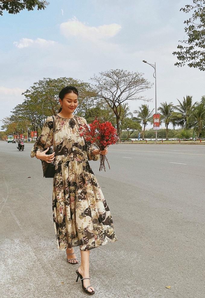 Ngoài hình tượng cá tính, Thanh Hằng còn linh hoạt biến đổi nhiều phong cách khác nhau. Nhẹ nhàng và sang chảnh là nhận xét của tín đồ thời trang về những chiếc váy họa tiết hoa đặt trưng của Mango, với chất liệu và kiểu xếp ly bắt mắt.