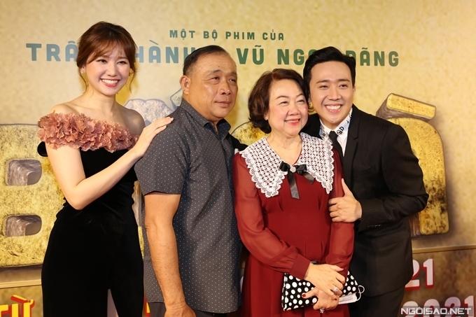 Bố mẹ ruột đến xem phim và chúc mừng Trấn Thành. Anh chia sẻ bộ phim được lấy cảm hứng từ chuyện thật của chính gia đình anh.