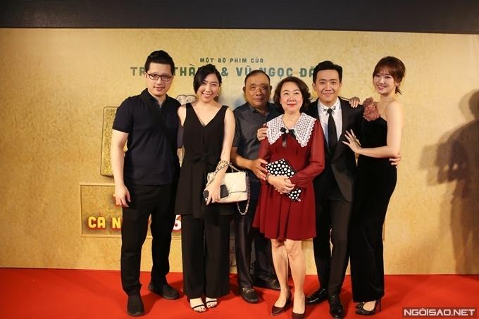 Vợ chồng em gái cùng bố mẹ bên Trấn Thành - Hari Won.