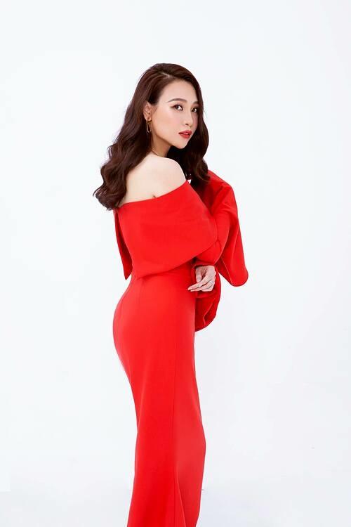 Đàm Thu Trang đăng ảnh xinh đẹp và nhắc nhẹ sắp tới ngày chị em phụ nữ vùng lên chứng minh mình là nóc nhà.