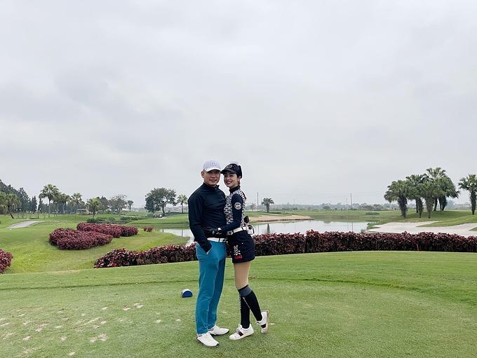 Jennifer Phạm và chồng rủ nhau đi chơi golf.
