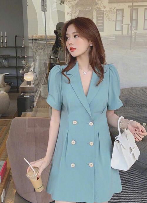Sắc xanh được làm dịu mắt bởi tông nhạt là xu hướng thường được ưa chuộng vào mùa nóng. Khi đến văn phòng, hội chị em bàn giấy sẽ có được sự nhẹ nhõm với kiểu blazer dress không kén dáng.