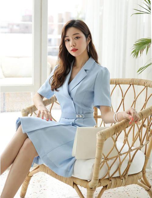 Đầm cổ vest theo phong cách cổ điển đi cùng phụ kiện tông trắng sẽ giúp các nàng trang nhã hơn khi tham gia các sự kiện quan trọng.