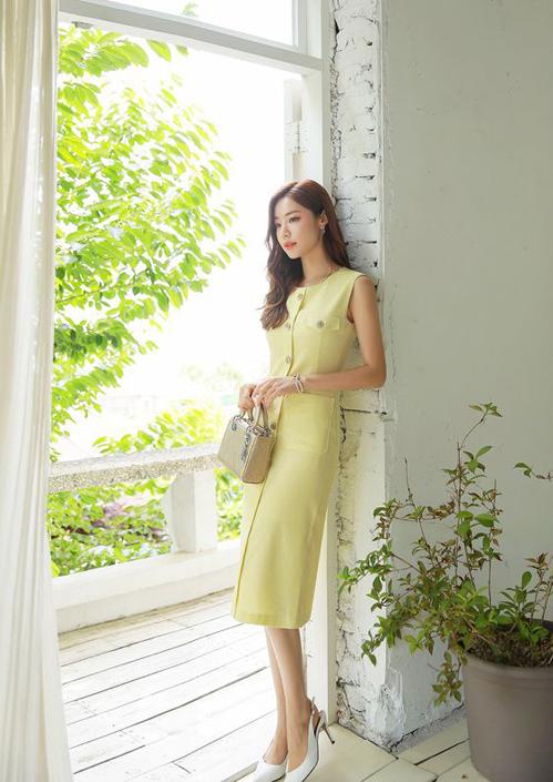Ngoài 3 gam màu quen thuộc là trắng - hồng - xanh, các nàng cũng có thể tham khảo thêm nhiều kiểu váy thiết kế trên tông vàng mơ, vàng pastel.