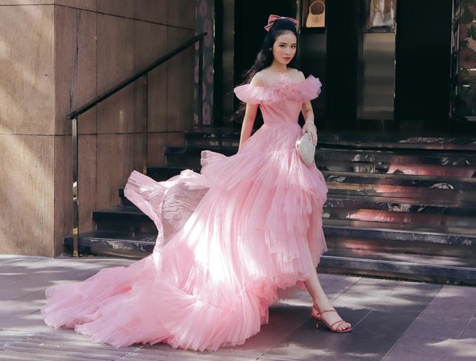 Bảo Hà mê mẩn những bộ cánh do nhà thiết kế Nguyễn Minh Công thực hiện. Cô bé 12 tuổi diện váy dài quét đất dáng mullet, khoe chiều cao hơn 1,6 m.