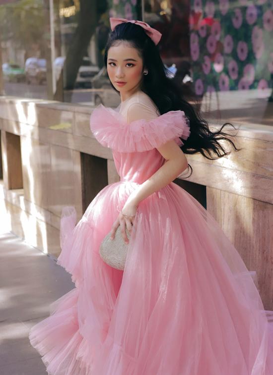 Bộ ảnh được thực hiện nhân dịp Quốc tế Phụ nữ 8/3. Bảo Hà muốn chia sẻ thông điệp: Mọi cô gái đều có quyền tỏa sáng theo cách mình muốn. Đó là lý do mẫu nhí mặc trang phục phong cách sàn diễn ra phố.