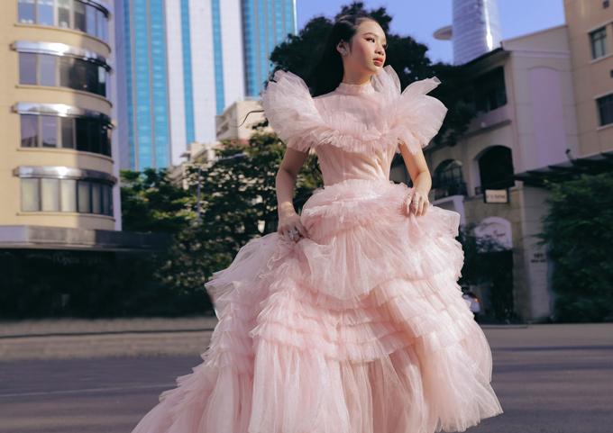 Gam hồng pastel và thiết kế xếp tầng, tùng xòe rộng cổ điển tôn thêm vẻ lộng lẫy, điệu đà cho Bảo Hà.