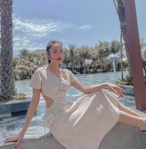 Chọn túi dáng mini, túi đeo chéo màu đơn sắc sẽ mang lại nét hài hòa và đồng điệu cho set đồ mùa hè.