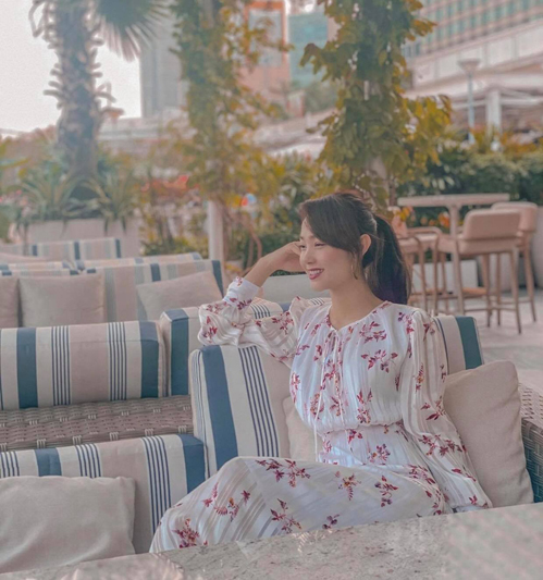 Thiết kế váy cổ điển với sắc màu nhẹ nhàng, trang trí hoa văn nữ tính của Minh Hằng dễ ứng dụng cho phái đẹp công sở.