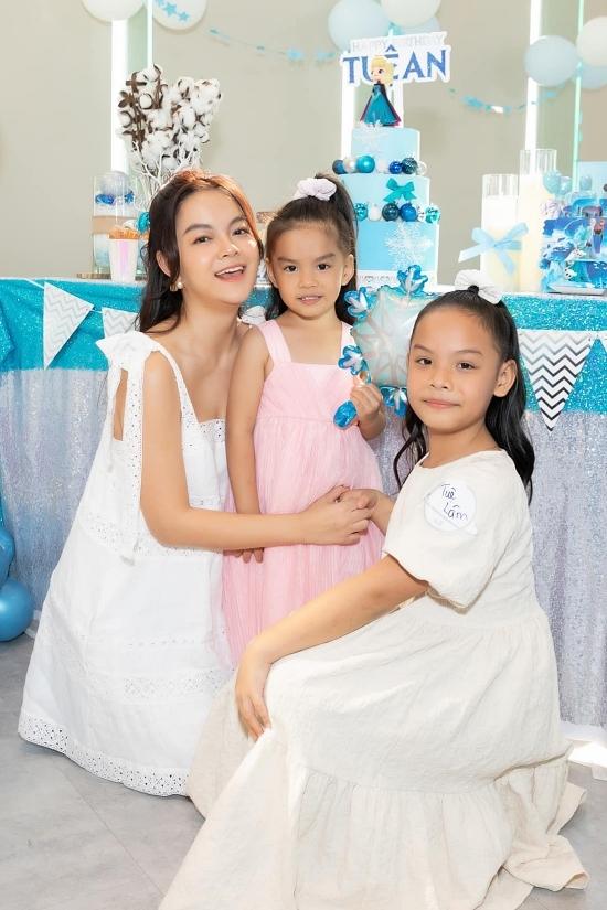 Ba mẹ con diện váy xinh xắn giống nhau. Riêng Tuệ An - chủ nhân buổi tiệc - được mẹ chọn gam màu hồng như công chúa.