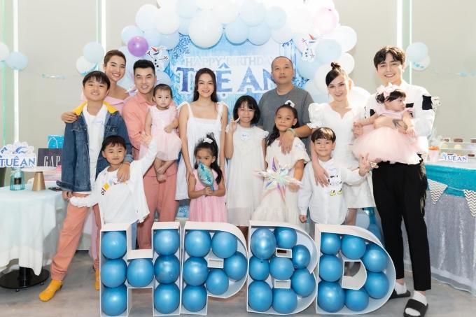 Buổi tiệc sinh nhật của Tuệ An có gam màu xanh chủ đạo, quy tụ nhiều nghệ sĩ showbiz là bạn bè của bố mẹ.
