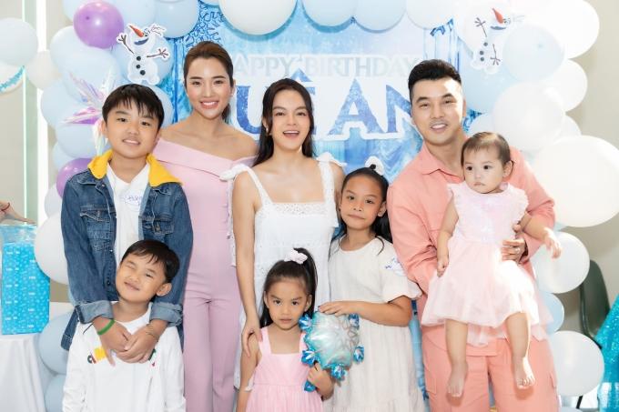 Vợ chồng Ưng Hoàng Phúc - Kim Cương cùng ba con.