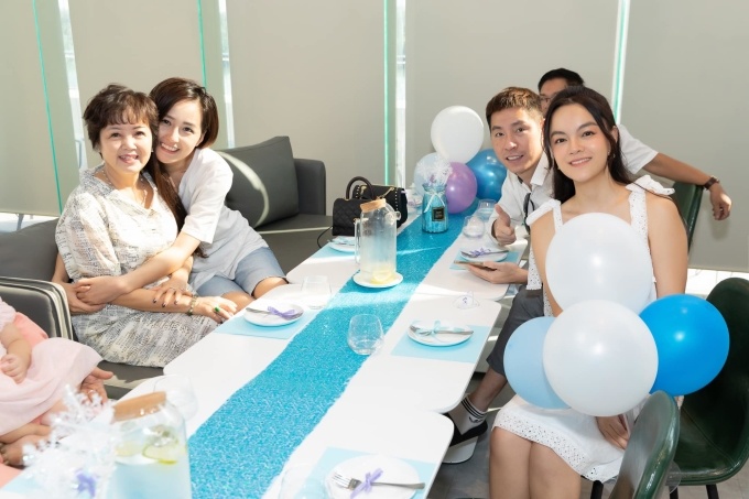 Hoa hậu Mai Phương Thuý (thứ hai từ trái qua) dành thời gian đến dự sinh nhật.