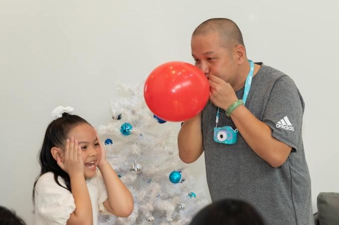 Quang Huy nhiệt tình tham gia các trò chơi cùng con gái.