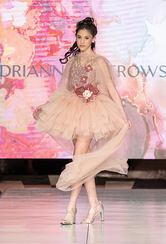 Lucy Bùi khi biểu diễn trong show diễn của nhà thiết kế Adrianna Owstrowska trong khuôn khổ Cosmopolitan New York Fashion Week diễn ra hôm 12/2.