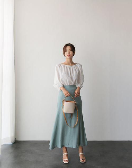 Set đồ với tông màu thanh nhã gồm áo cotton gam trắng đồng điệu với phụ kiện tôn nét nữ tính.