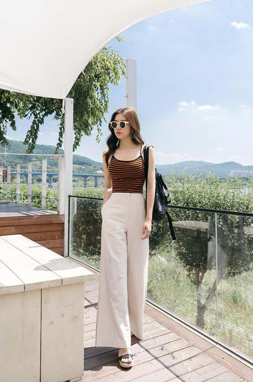 Sandal đế cói và quần suông màu trung tính vẫn là combo được phái đẹp châu Á yêu thích vào mùa hè.