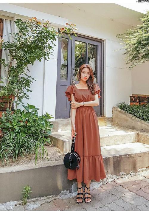 Khi diện các kiểu đầm thắt eo, váy cổ điển, nhiều bạn gái có thói quen chọn thêm sandal đế bệt, dép quai hậu để mix đồ tiện lợi.