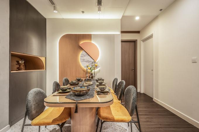 Điểm nhấn nơi bàn ăn là bức tường với thiết kế cách điệu được làm nổi bật nhờ hệ đèn led.