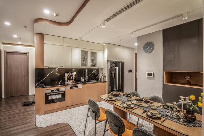 Căn hộ Hà Nội có tổng diện tích 120 m2, vốn được gộp từ hai căn hộ nhỏ hơn ở cạnh nhau. Căn hộ được thiết kế theo phong cách hiện đại với nguyên vật liệu chính cho nội thất là gỗ. Những gam màu trung tính được sử dụng làm màu chủ đạo, kết hợp các đường cong mềm mại từ nội thất, hệ đèn led bổ trợ giúp tạo điểm nhấn, tạo nên tổng thể sang trọng, tinh tế.